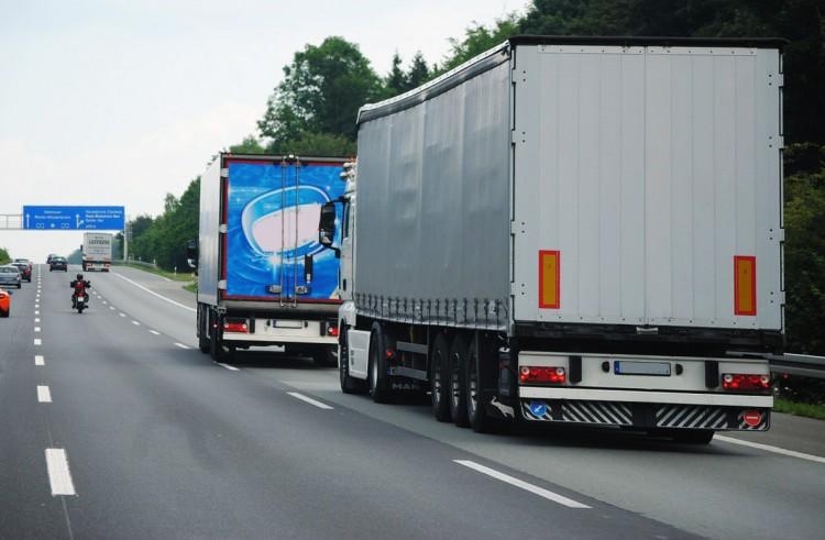 LKW auf der Autobahn - fahrende Werbeflächen