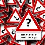 fiktives Verkehrszeichen mit Fragezeichen und Zusatzschild 'Rettungsgasse-Aufklärung!?'