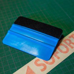 Kunststoff-Rakel mit einer Filzkante