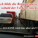 Stau auf der Autobahn, eigenes Fahrzeug steht als einziges versetzt zum Bilden der Rettungsgasse