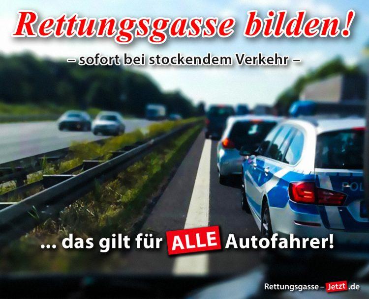 Stau auf der Autobahn - ein Polizeifahrzeug steht mitten in der Spur anstatt die Rettungsgasse zu bilden.