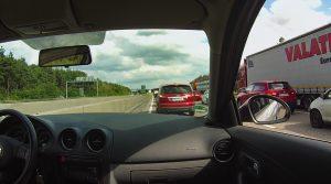 Autobahn-Stau aus der Subjektiven. Mein Fahrzeug sthet allein über der linken Fahrbahnbegrenzung.