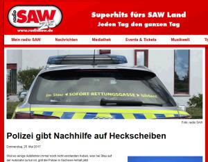 Screenshot der RadioSAW-Webseite mit Foto der beklebten Einsatzwagen-Heckscheibe