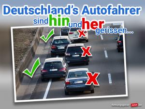 Foto vom Stau auf der Autobahn. Pkw auf der ganz linken Spur, stehen abwechseln am Rand und mittig auf der Fahrspur.