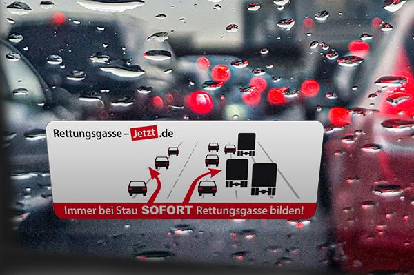 Windschutzscheibe mit aufgeklebten Rettungskarte-Aufkleber